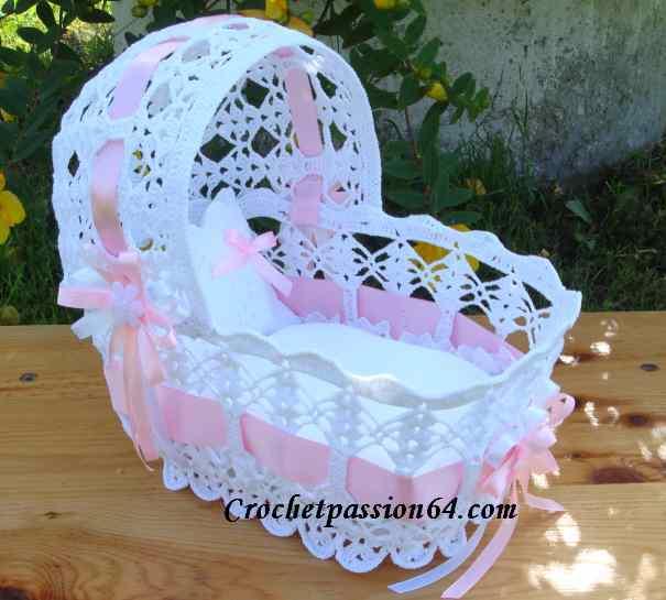 decoration bapteme, dragée, décoration mariage, couffin, chausson,biberon miniatures au crochet